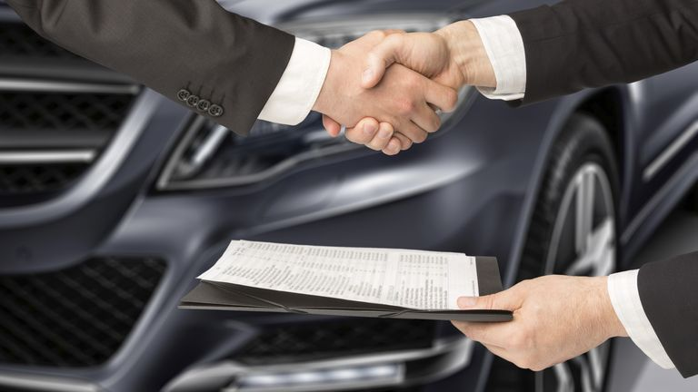 Im auto händchenhalten Händchen halten